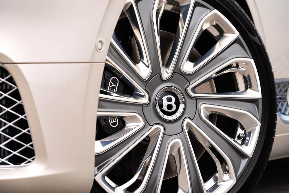 """New Mulliner 22"""" wheel design."""