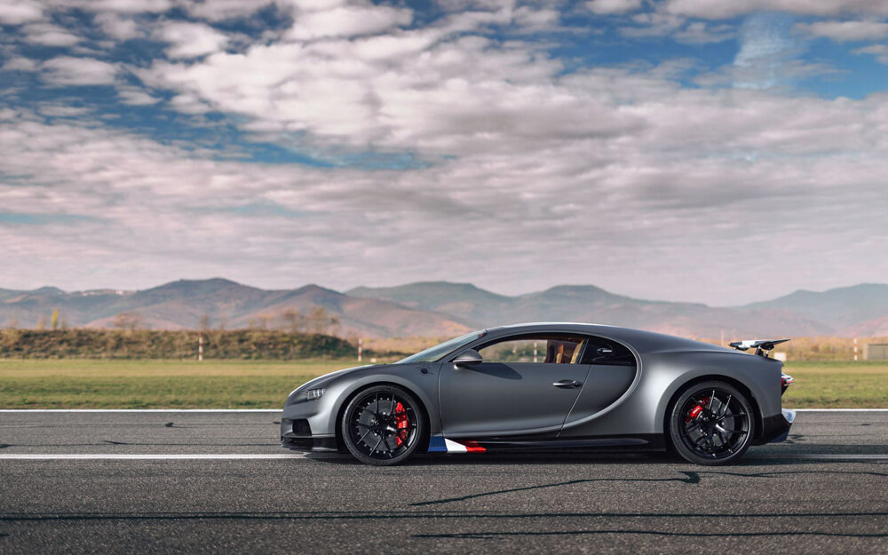 Le Bleu-Blanc-Rouge tricolor on the front area of the side door sills. Credit: Bugatti